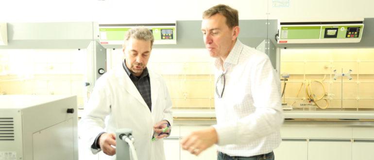 deux personnes dans un laboratoire